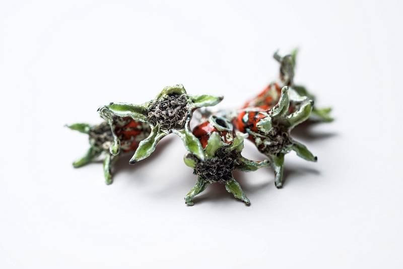 anhaenger-granatapfelblueten-emailliert-silber-anna-eichlinger-800w