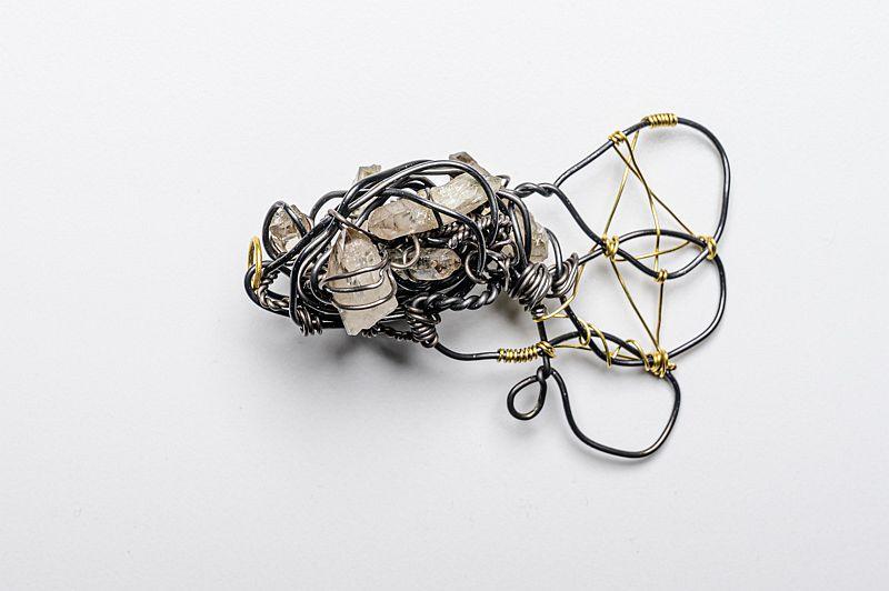 autorenschmuck-anhaenger-eisen-gold-bergkristall-gewickelt-anna-eichlinger-800w