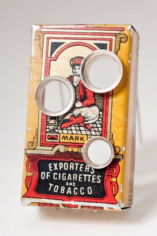 autorenschmuck-brosche-alte-zigarettenschachtel-durchloechert-silber-anna-eichlinger-800w