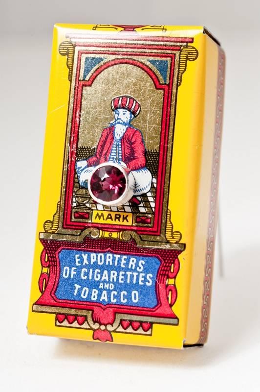 brosche-alte-zigarettenschachtel-silber-rubelith-anna-eichlinger-800w
