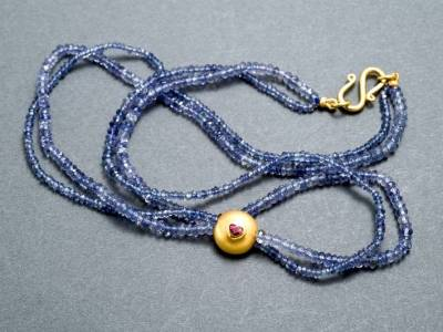 kette-gold-iolith-rubin-anna-eichlinger-800w