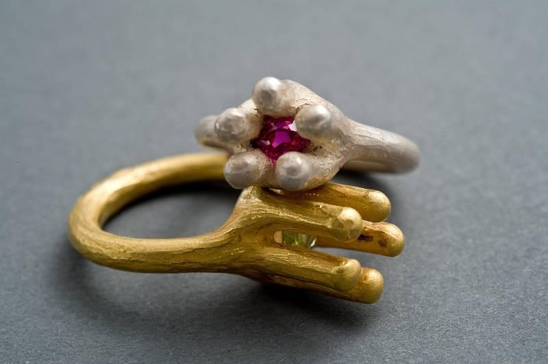 geschlossene-bluete-ringe-gold-tsavorit-silber-rubin-anna-eichlinger-800w